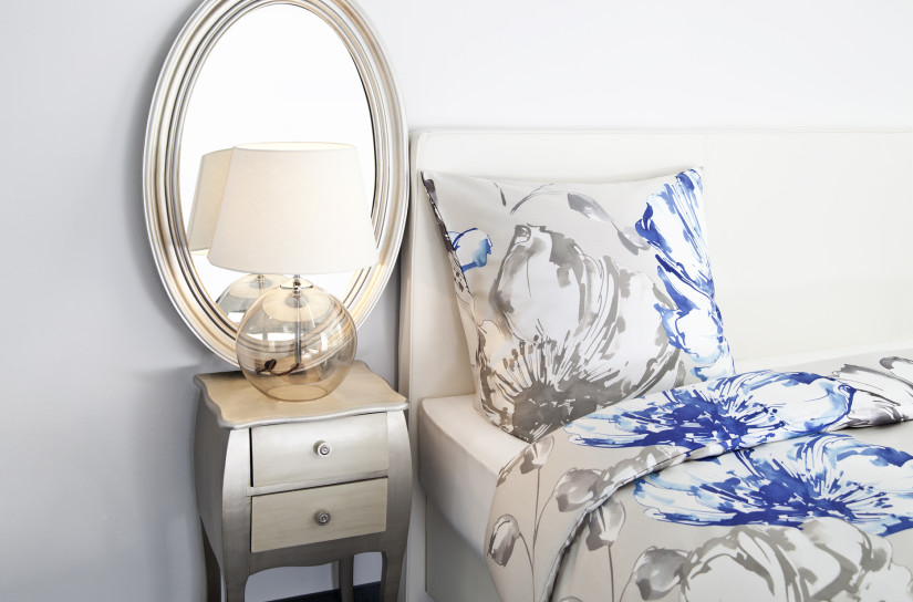 Овальное зеркало возле кровати