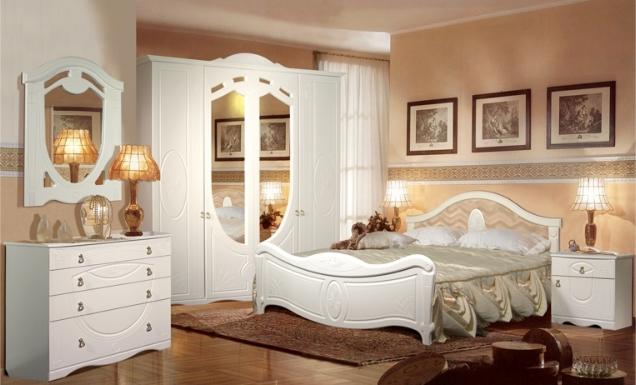 Бежевая спальня с белым гарнитуром