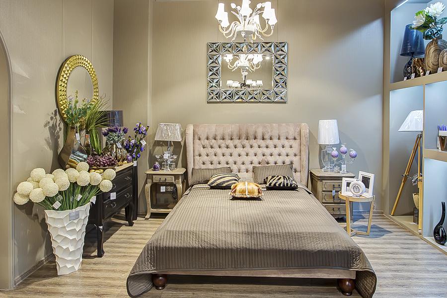 Спальня с напольными вазами