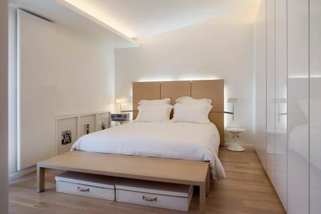 Кровать с прикроватной тумбой