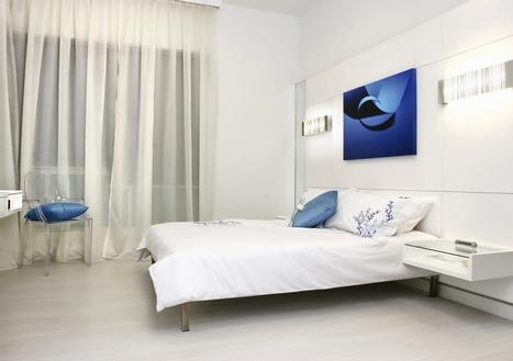 Кровать с картиной в изголовье