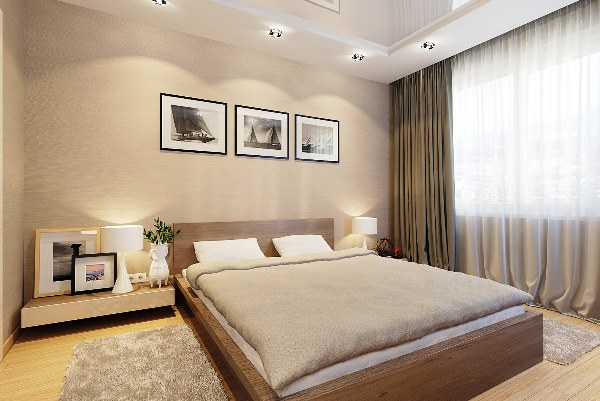 Спальня с картинами на стене
