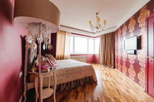Кровать в нестандартной спальне