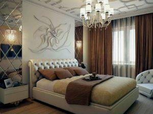 Спальня с люстрой и зеркалами