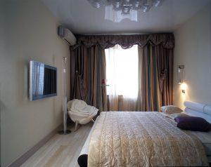 Светлая спальня с темными шторами