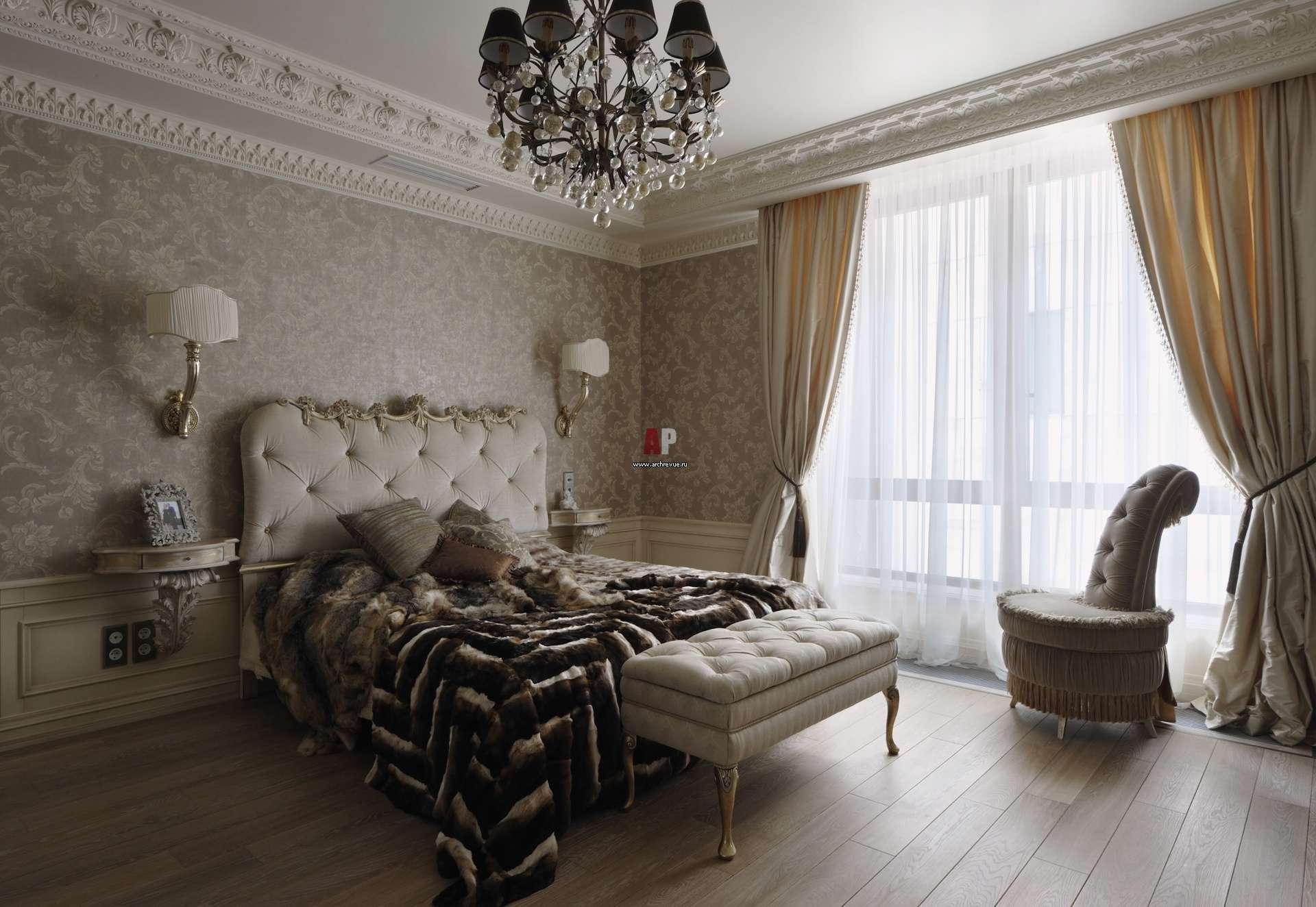 Белый потолок с лепниной