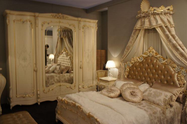 Шкаф в классической спальне