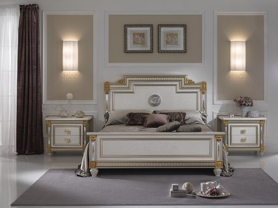 Деревянная кровать в белых тонах