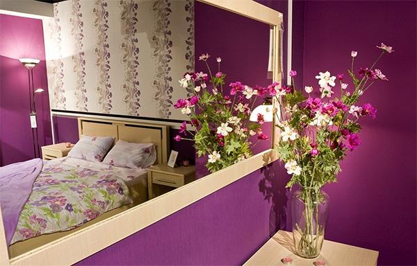 Зеркальная поверхность перед кроватью