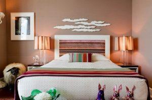 Спальня с лампами возле кровати