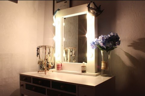 Подсветка на зеркале в спальне