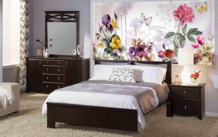 Дизайн спальни с цветами на обоях
