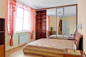 Зеркальный шкаф для уютной спальни