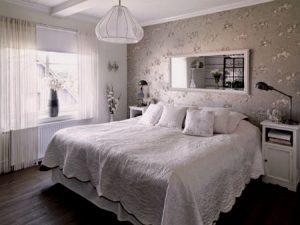Белая спальня с кружевным покрывалом