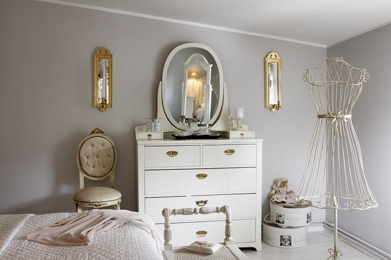 Зеркало на тумбочке возле стены