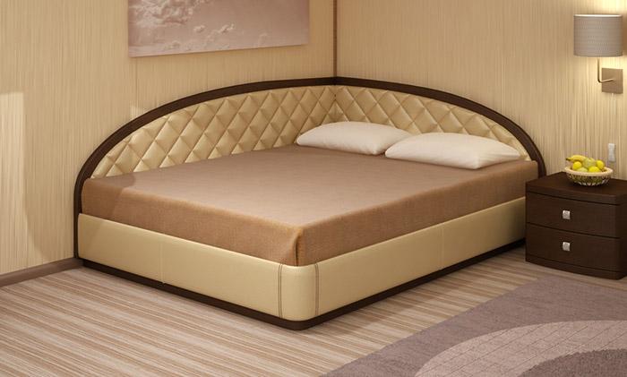 Кровать в углу комнаты