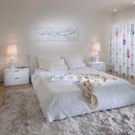 Белая небольшая спальня