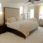 Белые шкуры животных для мягкости интерьера спальни