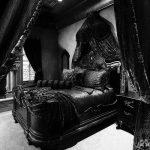 Черный готический интерьер спальни