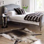 Декоративные красивые шкуры животных в обустройстве спальни