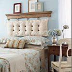 Деревянная полка над кроватью в спальне