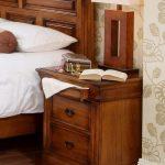 Деревянная привлекательная тумбочка для спальни