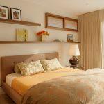Деревянные полки для обустройства спальни
