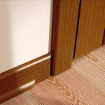 Деревянный плинтус под цвет дверей в спальне