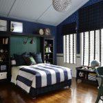 Дизайн интерьера просторной синей спальни