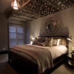 Дизайн интерьера спальни с проекцией звездного неба