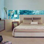 Длинный аквариум в спальне