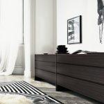 Длинный практичный комод для спальной комнаты