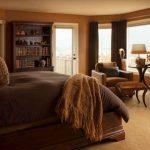 Домашний интерьер в коричневой спальне