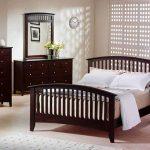 Интерьер спальни с деревянным комодом