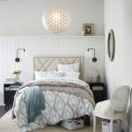 Интерьер спальни с круглой люстрой