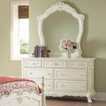 Изысканный комод с зеркалом для интерьера спальни