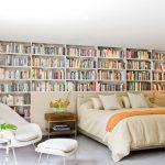 Классические стеллжаные полки для книг в спальне