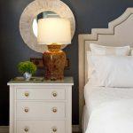 Красивая белая тумбочка для обустройства спальни