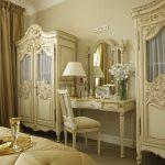 Красивая светлая спальня в оформлении ампир