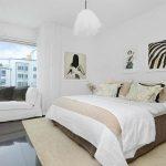Красивый интерьер спальни выдержанный в белом цвете