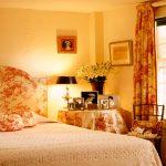 Красота и оригнальность желтой спальни