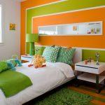 Летний интерьер спальни в оранжевом цвете
