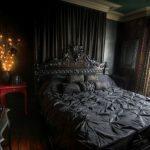 Мрачная спальня в черном колере