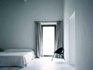 Небольшая спальня в светлых оттенках