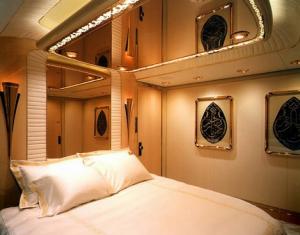 Красиво украшенный зеркальный потолок