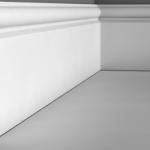 Напольный плинтус из дюрополимера в спальне