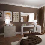 Напольный шикрокий плинтус в интерьере спальни