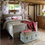 Небольшая спальня в стиле кантри