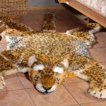 Необычный вариант шкуры животного для интерьера спальни