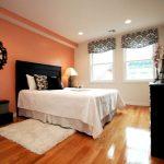 Неяркая и уютная оранжевая спальня